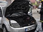 Masina cuprinsa de flacari in curtea unei case, in apropiere de Timisoara