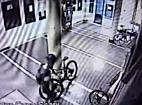 Bicicleta furata din Complexul Studentesc. Hotul a fost filmat in timpul furtului