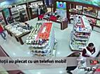 TionTV: Hoti filmati in timp ce fura telefonul mobil al unei vanzatoare