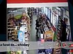 TionTV: Hoata filmata in timp ce dadea atacul la sticlele de whiskey