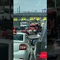 Mașină cu roțile în sus sub Pasajul Popa Șapcă