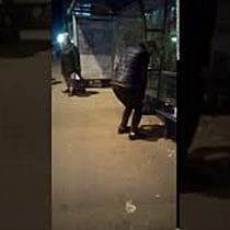 """Consumator de """"Zombie"""" filmat de timișoreni în stația de tramvai din Piața 700"""