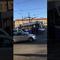 Angajații STPT împing un tramvai Armonia blocat pe șine în Piața Bălcescu