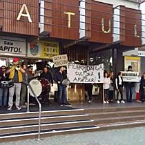 Greva pe acorduri muzicale, in fata Filarmonicii Banatul din Timisoara 3