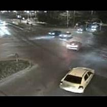 Imagini video cu un tanar facand drifturi cu Mercedesul intr o intersectie din Timisoara