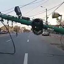 Circulatia mijloacelor de transport in comun blocata dupa ce un angajat STPT a rupt un stalp 3