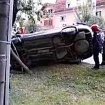 Barbat urmarit de politie dupa ce a talharit o femeie si apoi s a rasturnat cu masina in incercarea