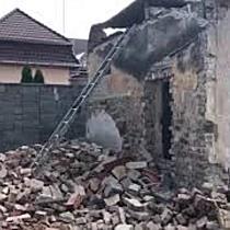 Doi muncitori răniți după ce zidul la care lucrau s-a prăbușit peste ei