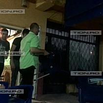 Barbat filmat in timp ce il ataca cu cutitul pe patronul unui bar din Timisoara
