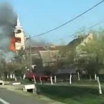 Biserică din Timiș cuprinsă de flăcări. Pericol de prăbușire