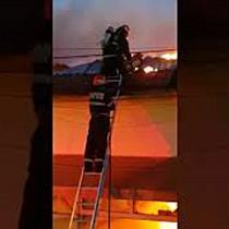 Un mort si doua cladiri distruse in urma unui incendiu violent, la Timisoara (1)