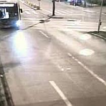 Accident între un autobuz și un autoturism filmat de camerele de supraveghere