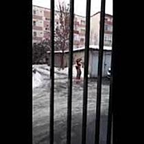 Unul dintre tinerii filmați drogați pe stradă, surprins din nou sub influența substanțelor interzise