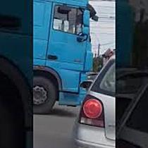 Un șofer a sărit la bătaie după un accident în intersecția Rebreanu cu Brâncoveanu