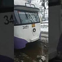 Tramvai blocat din cauza mizeriei, între Piața Traian și Piața Libertății