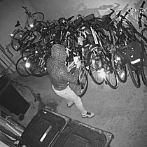 Hot de biciclete filmat la furat impreuna cu doi prieteni, in Complexul Studentesc din Timisoara