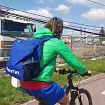 Pietonii și bicicliștii fac slalom printre cabluri lăsate să atârne pe Circumvalațiunii