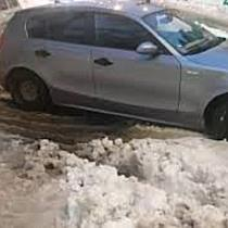 Șofer amendat pentru că nu a vrut să-și distrugă mașina pe o stradă înzăpezită din Timișoara