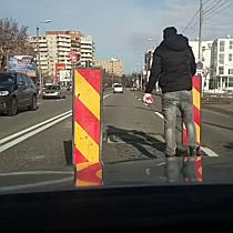 Groapă în asfalt semnalizată de un șofer