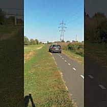Șofer filmat în timp ce merge cu mașina printre bicicliști, pe pista spre Serbia