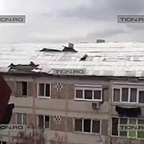 Pericol pentru trecatori in Timisoara. Acoperis in bataia vantului
