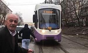 Mașină mutată de timișoreni din calea liniei de tramvai
