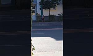 """Încă un tânăr drogat cu """"Zombie"""", filmat în plină zi, pe stradă, la Timișoara"""