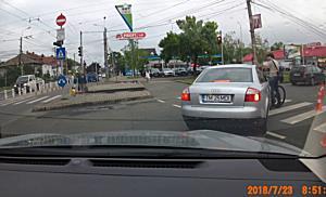 Biciclist lovit cu masina de un sofer care apoi il fugareste cu autoturismul pe trotuar, la Timisoar