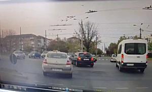 Pieton spulberat pe trecere de un șofer neatent. Video cu momentul impactului