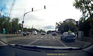 Soferi ai unor masini Scoala filmati in timp fortau semaforul in timpul unui posibil examen