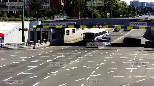 Mașină cu roțile în sus sub Pasajul Popa Șapcă II