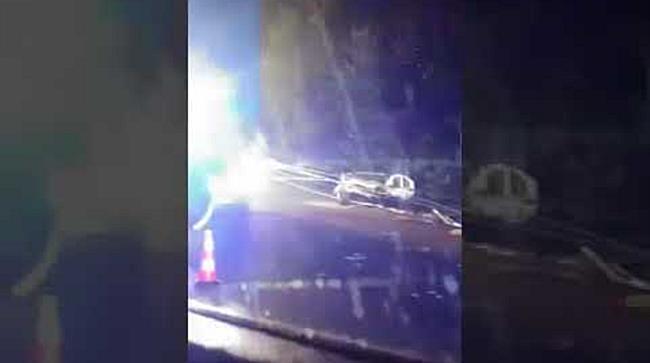 Un taximetrist si doi clienti au ajuns la spital, dupa ce masina in care se aflau s a ciocnit violen
