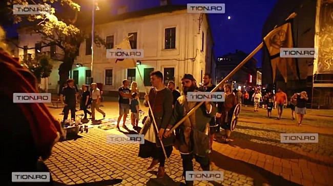 Paradă în sunet de tobe, prin centrul Timișoarei, la deschiderea Festivalului Medieval