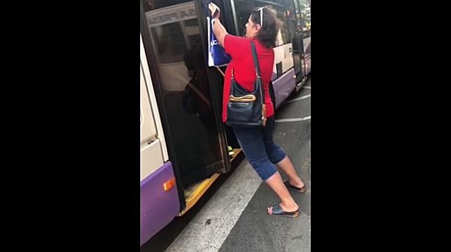 Calatori impinsi cu forta sa intre in mijloacele de transport in comun prea aglomerate, la Timisoara
