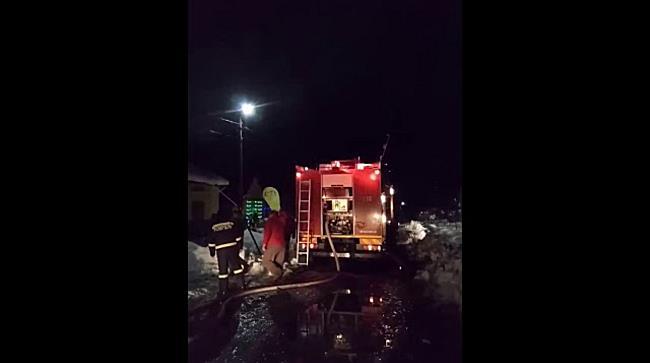 Casă distrusă după ce a fost cuprinsă de flăcări, în Timiș