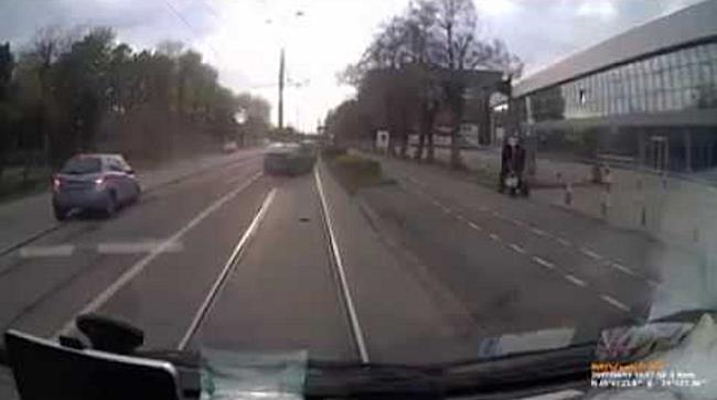 Doi soferi care au incalcat legea, filmati in timp ce s au ciocnit cu masinile
