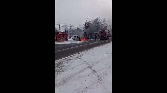 Autoturism cuprins de flăcări în zona Liceului Auto din Timișoara