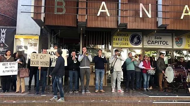 """Protest la Filarmonica Banatul, ziua 4 """"We Will Rock You"""""""