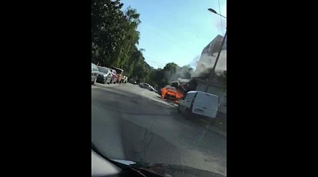Incendiu puternic la o masina in mers, la doi pasi de o benzinarie