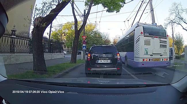 Șofer STPT, filmat când trece pe roșu cu troleibuzul 16