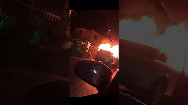 Mașină făcută scrum în urma unui incendiu, la Dumbrăvița