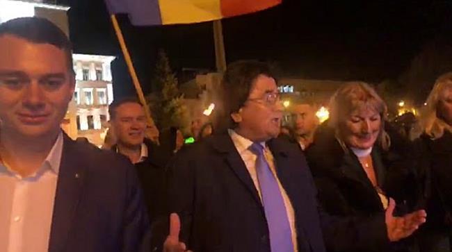 Aplauze și șampanie după aflarea rezultatelor exit poll, în Piața Victoriei din Timișoara