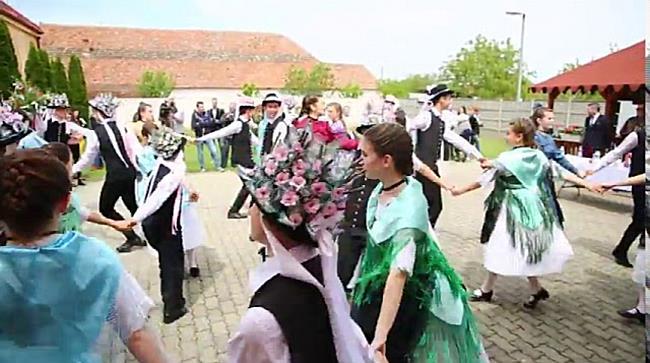 Kirwei, tradiții, port popular și bal la Șandra