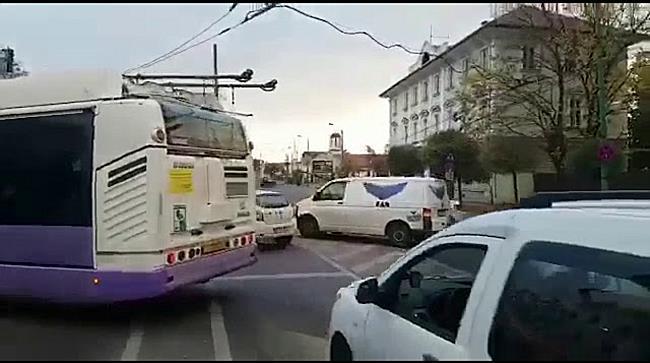Circulatia mijloacelor de transport in comun blocata dupa ce un angajat STPT a rupt un stalp 2