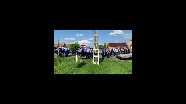 Imagini cu polițiști trimiși în cămăși să l caute pe câmp pe criminalul colegului lor