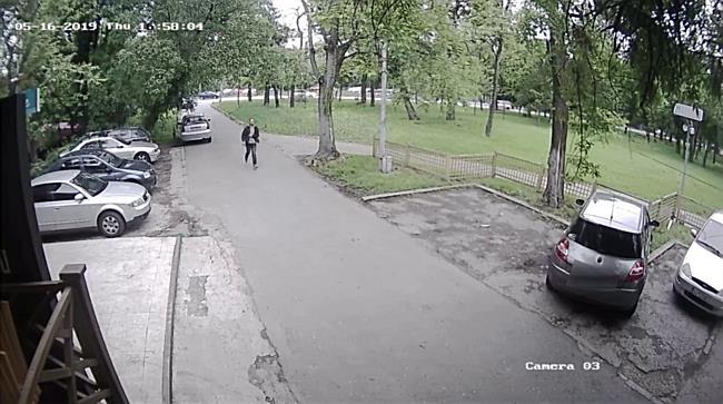 Suspectul unui jaf de la o casă de schimb valutar, surprins de camere