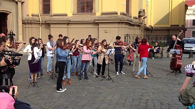 Flash mob in Piata Unirii din Timisoara impotriva proiectului de la Rosia Montana
