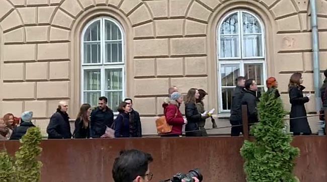 Procurorii timișoreni, aplaudați de timișoreni în fața Palatului Justiției