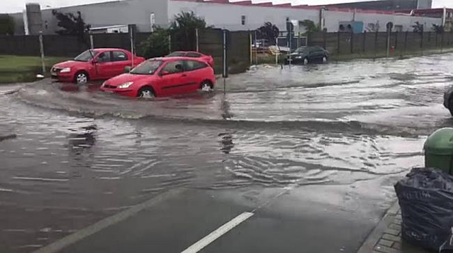 Curti inundate si o masina blocata sub podul din Calea Sagului, din cauza ploii, in Timis I