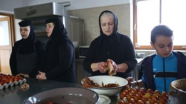 O mie de oua de Pasti au fost inrosite in foi de ceapa, la o manastire de langa Timisoara
